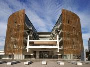 Trung tâm nghiên cứu y học Barcelona hình mặt trăng lở