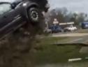 Cướp xe Toyota Tacoma, tên trộm lái xe bay như phim hành động