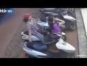 Mở cốp xe tay ga trong 2 giây, cặp đôi nữ ăn cướp túi xách dễ dàng