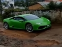 """Lamborghini Huracan """"chật vật"""" trên đường làng"""