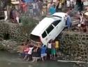 Ấm lòng trước cảnh hàng chục người tay không đẩy chiếc ô tô bị rơi xuống kênh