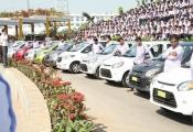 Tỷ phú Ấn Độ mua 1.260 chiếc xe hơi, 400 căn hộ và kim cương đắt tiền tặng cho nhân viên để... tri ân