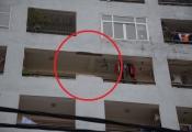 Hơn 2 mét tường gạch bất ngờ đổ từ tầng 7 chung cư xuống đất