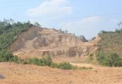 """Quảng Bình: Người dân """"lách luật"""" vô tư xúc cả ngàn mét khối đất đá đem bán"""