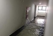 Bục ống cứu hoả, chung cư cao cấp tại Hà Nội ngập trong biển nước