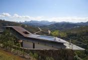 Ngắm nhà nghiêng mái dẹt độc đáo trên sườn dốc