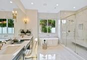 Mẫu phòng tắm màu trắng như spa thư giãn tại nhà