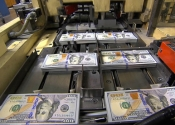 Thế giới bắt đầu tiêu tiền 100 USD mới