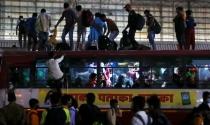 Dân lao động Ấn Độ tháo chạy khỏi thành phố
