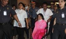 Cựu Tổng thống Philippines Arroyo ngồi xe lăn ra tòa