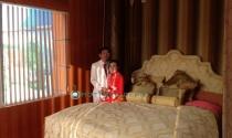 Đại gia Lê Ân vào phòng riêng thử siêu giường cùng vợ