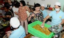 Phu nhân Chủ tịch nước xếp hàng, dùng cơm 2.000 đồng với người nghèo