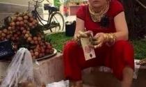 Sốc: Người phụ nữ đeo vàng...'gãy cổ' ngồi bán vải bên đường