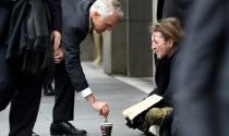 Australia tranh cãi lớn vì Thủ tướng cho tiền người ăn xin