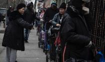 Người Mỹ xếp hàng dài nhận thực phẩm miễn phí