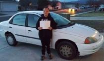 Cậu bé 13 tuổi tự đi làm thêm mua ô tô tặng mẹ