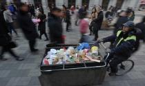 Nhân viên quét rác bán nhà để giúp đỡ người nghèo khó