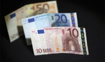Vì sao Euro rớt giá mạnh so với USD?