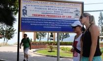 """Yêu cầu tháo dỡ bảng """"cấm xâm phạm"""" trên bờ biển Nha Trang!"""