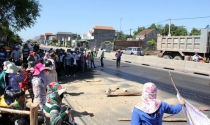 Dân ném cây cối, gạch đá ngăn cản thi công Quốc lộ 1