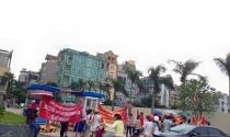 Cư dân Hồ Gươm Plaza căng biểu ngữ phản đối chủ đầu tư