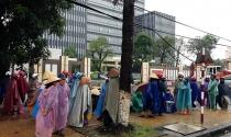 """Tiểu thương đội mưa rét đứng """"vây"""" cổng UBND tỉnh"""