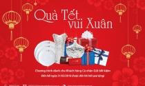 Viet Capital Bank tặng quà khách hàng dịp Tết.