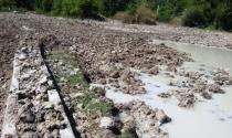 Đào đất ruộng đem bán, phá luôn công trình thủy lợi