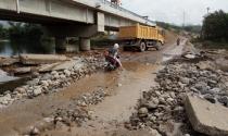 Cầu 60 tỷ ở Quảng Ninh phơi nắng, dân đi lại bì bõm dưới gầm cầu