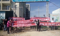 Hàng chục hộ dân trưng băng rôn đòi nhà ở chung cư Aranya Huế