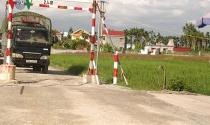 Xe né trạm BOT, người dân lập chốt thu phí đường làng