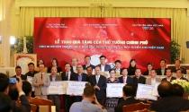 Thủ tướng trao 20 tỷ đồng đấu giá bóng và áo của U23 Việt Nam cho 20 huyện nghèo trên cả nước