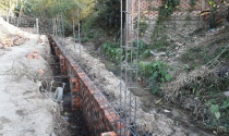 Lấn suối xây công trình