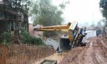 Lâm Đồng: San ủi đất gây sạt lở làm sập nhà hàng xóm