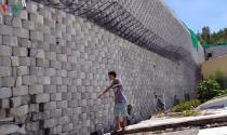 Tháo dỡ bức tường khổng lồ sai phép ở Khánh Hòa trước mùa mưa