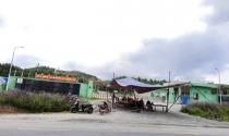 Người dân tiếp tục giăng dây, dựng rạp trước cổng nhà máy xử lý rác thải Phú Hà để phản đối