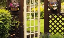 Khu vườn đẹp bất ngờ từ cánh cửa cũ
