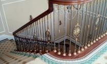 Tránh bố trí cầu thang chạy thẳng ra cửa