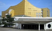 Ngắm trung tâm hòa nhạc hình vương miệng mạ vàng
