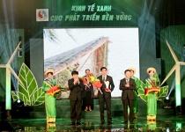 """Phuc Khang Corporation vinh dự nhận hai giải thưởng lớn: """"Doanh nghiệp xuất sắc phát triển kinh tế xanh bền vững"""" và """"Nữ doanh nhân Việt Nam tiêu biểu"""" Cúp Bông hồng vàng 2013"""