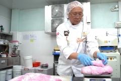 Thợ bánh Kao Siêu Lực sản xuất bánh mì từ trái thanh long