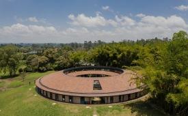 Khám phá trường mẫu giáo hình Mặt trăng tại Colombia