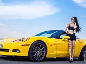 Hot girl nhiều hình xăm đọ dáng cùng Chevrolet Corvette C6