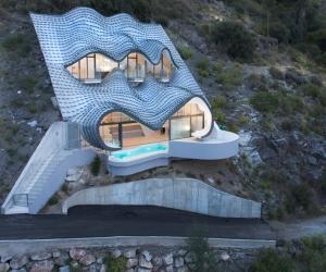 Biệt thự nằm trên vách núi với kiến trúc kỳ lạ chưa từng thấy
