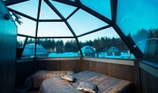 Ngắm cực quang tuyệt đẹp từ khách sạn kính ở Phần Lan