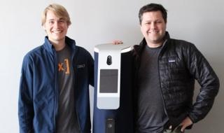 Hai chàng kỹ sư công nghệ bỏ việc chế tạo robot tuần tra văn phòng