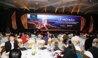 """Tùng Dương thích thú khi được hát cho \""""hàng xóm\"""" Sun Grand City Thuy Khue Residence"""