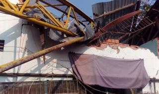 Cần cẩu thi công dự án Topaz Home đổ sập khiến 2 người bị thương