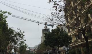 Hà Nội: Cẩu tháp nặng hàng chục tấn bỏ không, treo lơ lửng trên đầu người dân