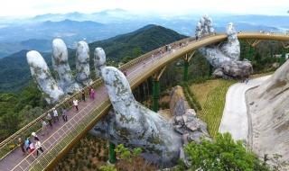 Cầu Vàng Đà Nẵng nổi bật trên báo ngoại